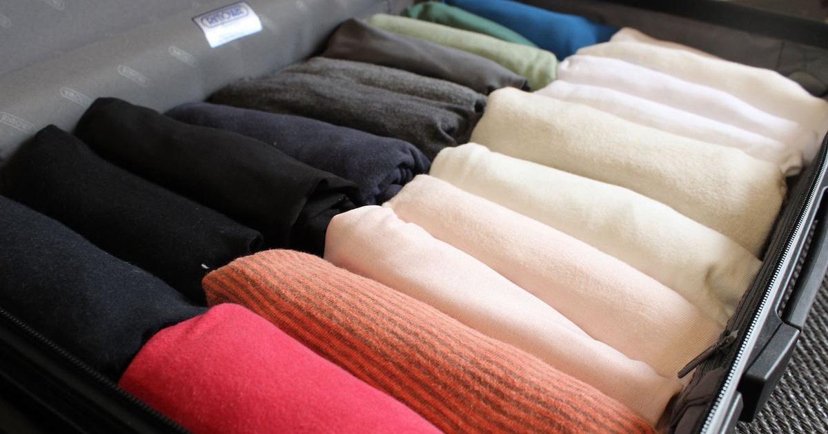 超コンパクトに畳めるミリタリーロール式Tシャツの畳み方でかさばる荷物も手間なし簡単収納!