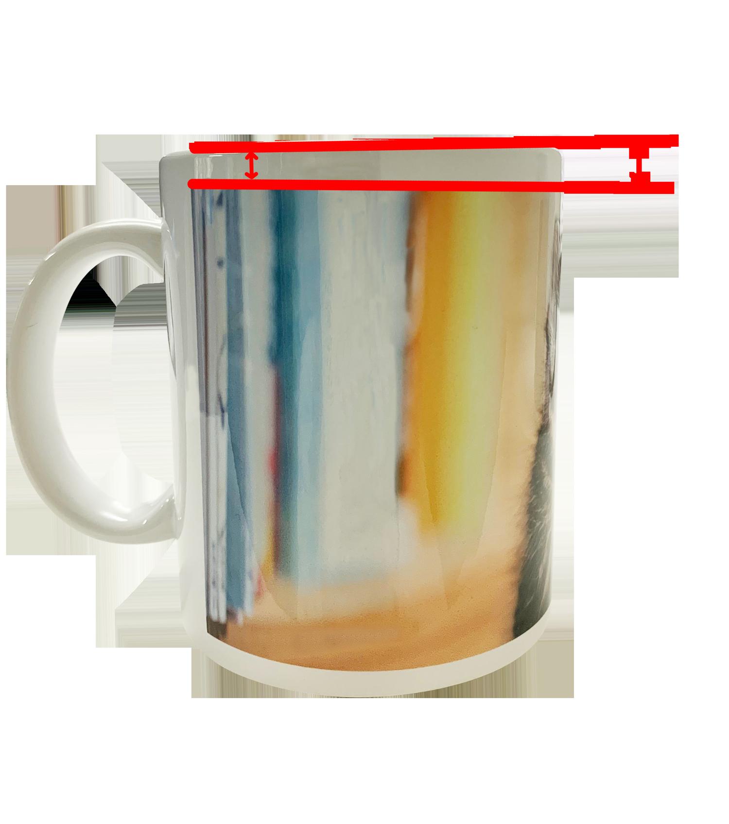 マグカップは印刷方法の特性上、画像を印刷したフィルムがプリント時に引っ張られ伸びるため、特に直線ラインデザインに傾き歪みなどが起きる場合がございます。  歪みや傾きが発生するのは、マグカップは円に見えて楕円の物が多く 画像の端と端の差がたとえ1mmであってもこのように中間地点が歪むことがあります。  ご了承のうえ、デザインをご検討ください。