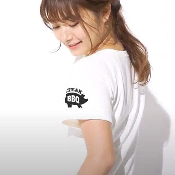 スリムフィットTシャツの袖プリント着用写真