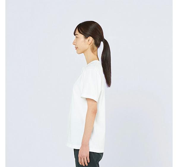 ヘビーウェイトヘンリーネックTシャツの着用側面_女性