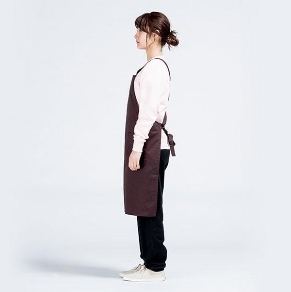 エプロンの横(モデル:身長161cm/チョコレート/Fサイズ着用)