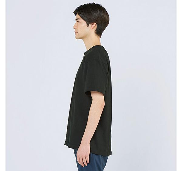 ヘビーウェイトヘンリーネックTシャツの着用側面_男性