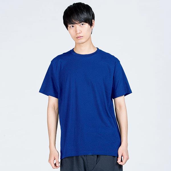 即日Tシャツのロイヤルブルー着用