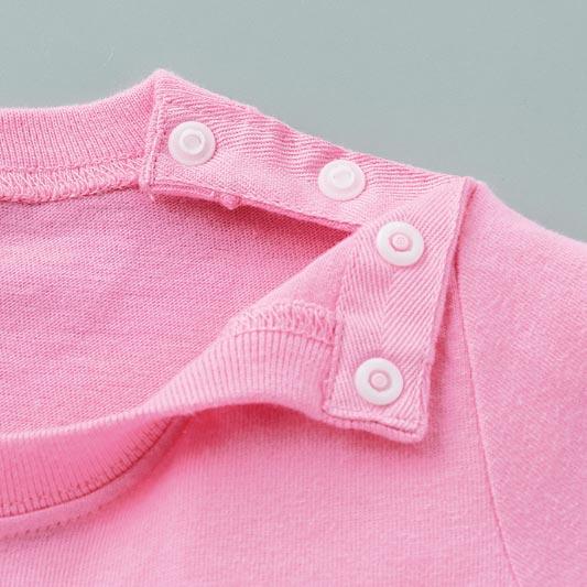 ベビーTシャツの肩スナップボタン