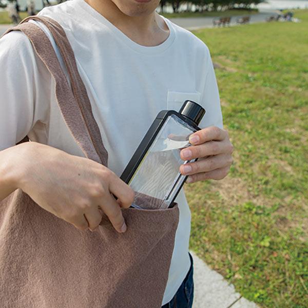 フレームスクエアボトルはバッグに入れやすい薄型タイプで持ち運びラクラク♪