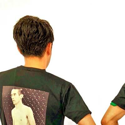 格闘技ジムでトレーニング中にTシャツ着用しています。その方のデザインセンスにもよりますがCOOLな感じやパロディっぽい感じ等、とにかく個性を出せるのでおすすめです。また、クオリティが高くプレゼントにも最適で、尚且つ届くのも速い。コスパも良いので、リピートさせて頂いております。【30代・男性・tMt さん】