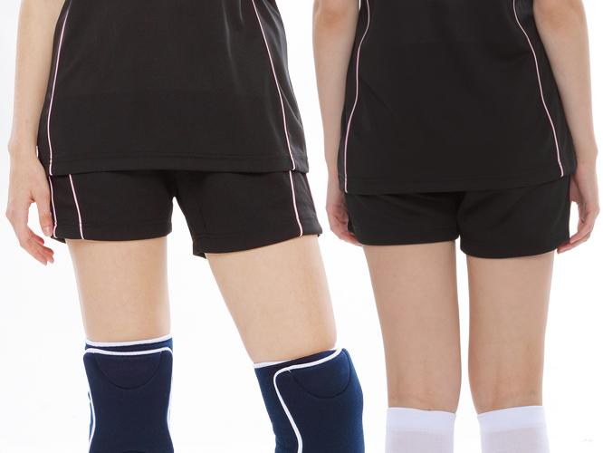 ウィメンズバレーボールパンツの着用写真 / 女性 ※膝サポーターは付属しておりません。