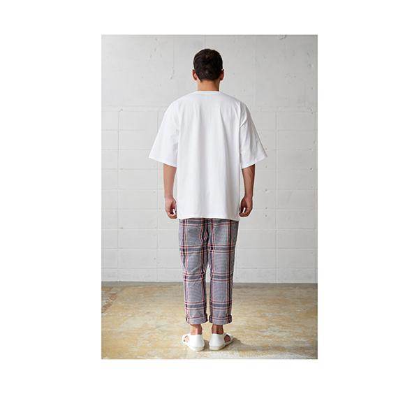 オープンエンドマックスウェイトメンズオーバーTシャツの着用背面_男性