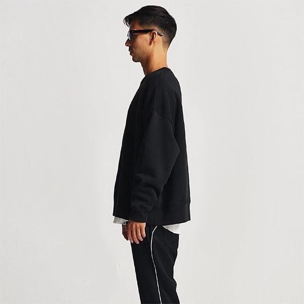 モデル身長182㎝/Lサイズ/ブラック着用/サイドシルエット
