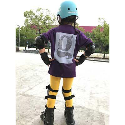 8歳の娘がインラインスケーターを目指していまして、レッスンに通っているスケートパークのロゴをマネて描いた絵でパークでも勿論グッズとしてロゴ入りのTシャツ等が販売されているので担当の先生の承諾を得て、レッスン時に着るようオリジナルTシャツを作成しました。インラインレッスンで着用する予定です。先生も娘のTシャツを楽しみにしてくれています。【40代・女性・kyappy さん】