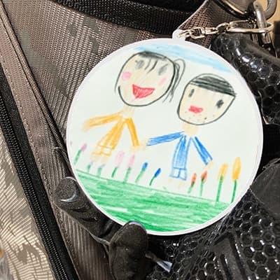 娘からのサプライズプレゼントで娘が描いた絵を使ったオリジナルのキーホルダーを貰いました。スマホで撮った写真を使って簡単に作成できたと妻も驚いていましたが、出来上がりが綺麗に仕上がっていたのでもっとビックリしてました(笑)サプライズのプレゼントはうれしいですね(´∀`)趣味のゴルフバッグに付けてラウンド回ってます!【20代・男性・膵臓 さん】