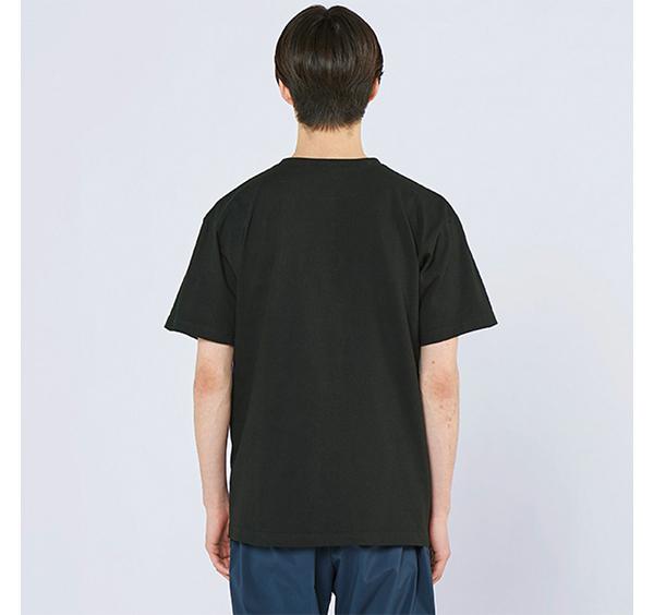ヘビーウェイトヘンリーネックTシャツの着用背面_男性
