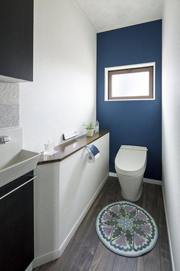 ブルーの壁材がアクセントとなりすっきりとした印象に