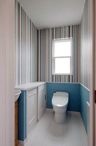 カラフルな壁紙をアクセントに遊び心あふれるトイレに