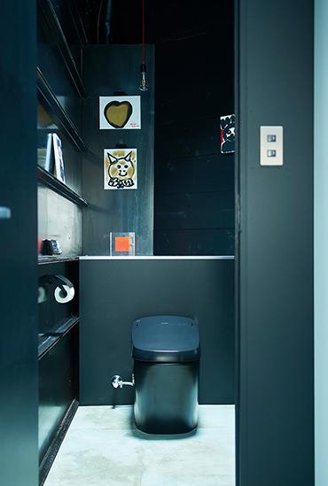 便器・壁を黒で統一しスタイリッシュなトイレに
