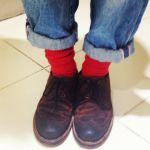 おしゃれは足元から!赤靴下でワンランク上のコーデを作りましょうのサムネイル画像