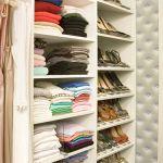 脱・引き出し収納!棚の上に洋服を畳む「見せる収納」でセンスアップのサムネイル画像