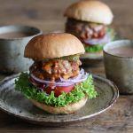マニアが思わず唸る!肉汁溢れ出す絶品人気ハンバーガー店4選のサムネイル画像