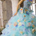 甘くなりすぎない色♡大人女子なら青のカラードレスで決まり!のサムネイル画像