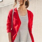 赤カーディガンが可愛い!女性が着るべき赤カーディガンのコーデのサムネイル画像
