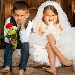 結婚式に子供を連れて行く時どんな子供服を着せるのが正しい?のサムネイル画像