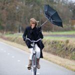 雨の日も自転車に乗りたい!自転車の傘立てって知ってますか?のサムネイル画像