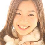 足立梨花さんの可愛い目に注目!メイク方法や愛用メイク道具も!のサムネイル画像