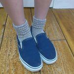 スリッポンには靴下がぴったり!色々なコーディネートをご紹介のサムネイル画像