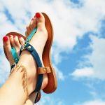 夏の足元をおしゃれに♪夏にぴったりなペディキュアのデザイン!のサムネイル画像
