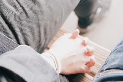 つながれた男女の手 婚活  体の関係