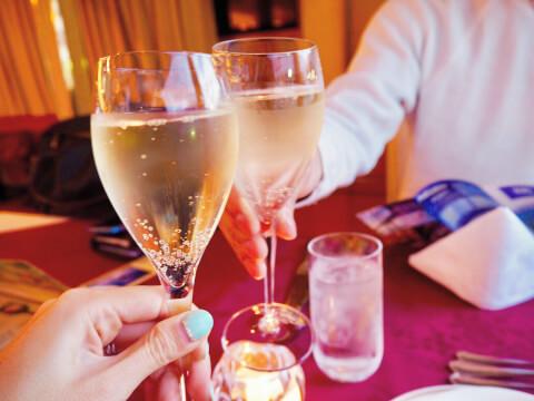 グラスを持って乾杯する手 婚活 体の関係