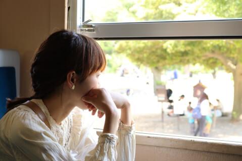 窓の外に目をやる女性の横顔