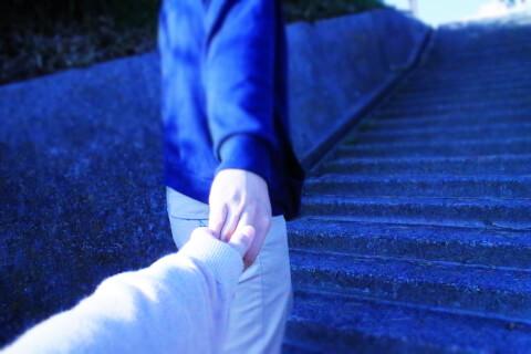 女性の手を引っ張る男性の手 婚活 体の関係