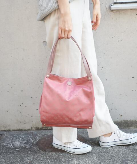 差し色 ピンク バッグ