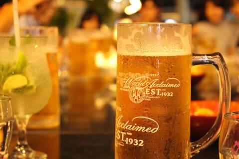 居酒屋の卓上に置かれたビールの写真