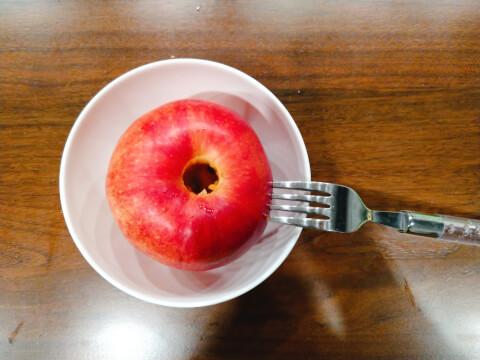 焼きリンゴ_穴あけ
