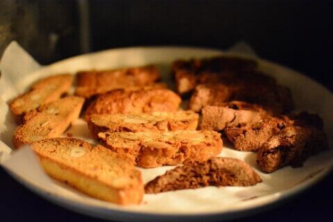 オーブンで2度焼き中のビスコッティ