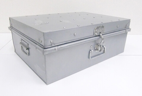 ブリキ製の収納ボックス