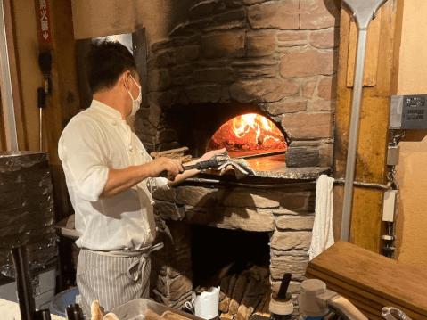 横浜チーズカフェでシェフが焼き上げてくれるピザ