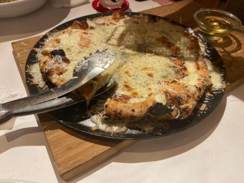 横浜チーズカフェのピザ
