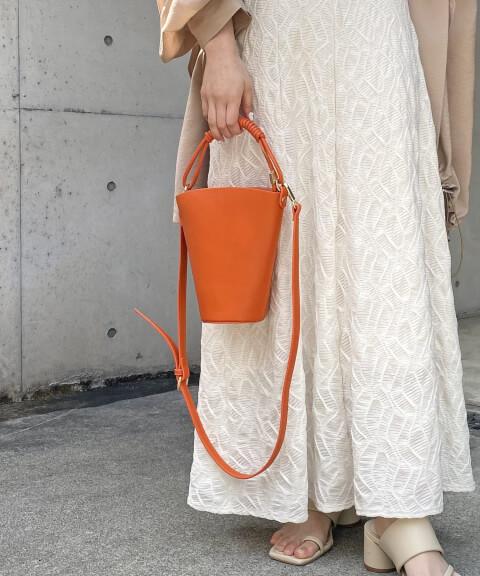 差し色 オレンジ バッグ
