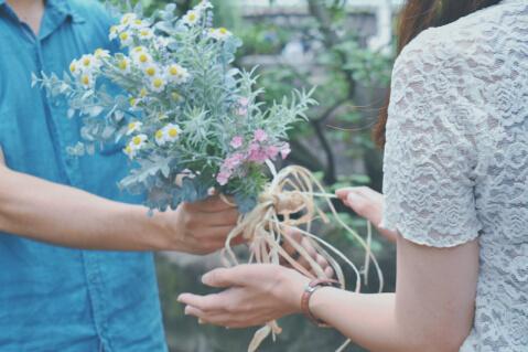 花束を持って告白