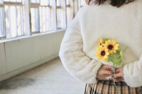 花束 告白する女性