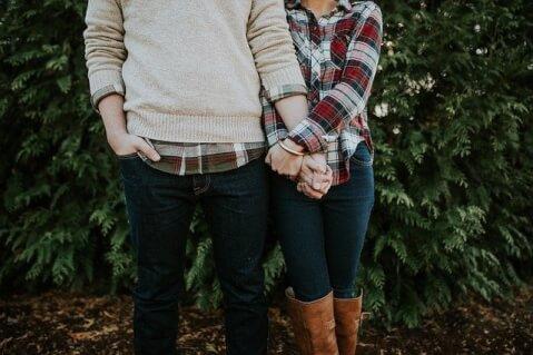腕を絡め合うカップル