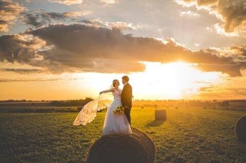 草原に立つカップル