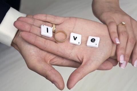 手の上にラブの文字