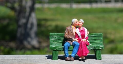 ベンチに座る老夫婦の人形
