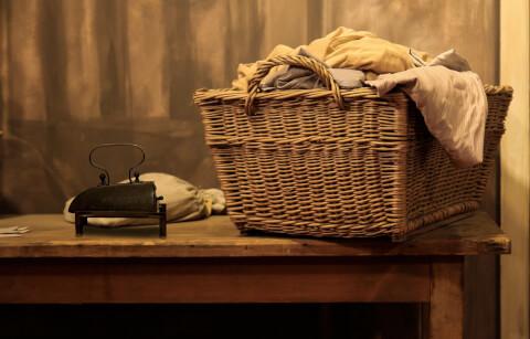 溜まった洗濯物の画像