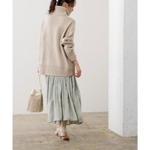 10月 コーデ 淡い色スカートとタートルネックニット