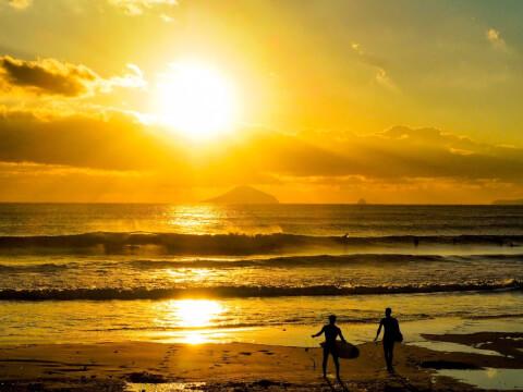 写真 逆光 日の出 海 サーファー